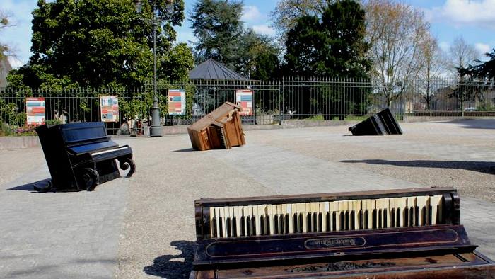 Pluie de pianos à Mayenne