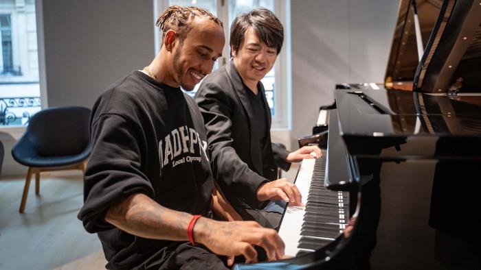 Quand Lang Lang dispense un cours de piano à Lewis Hamilton